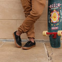若い男性とスケートボード
