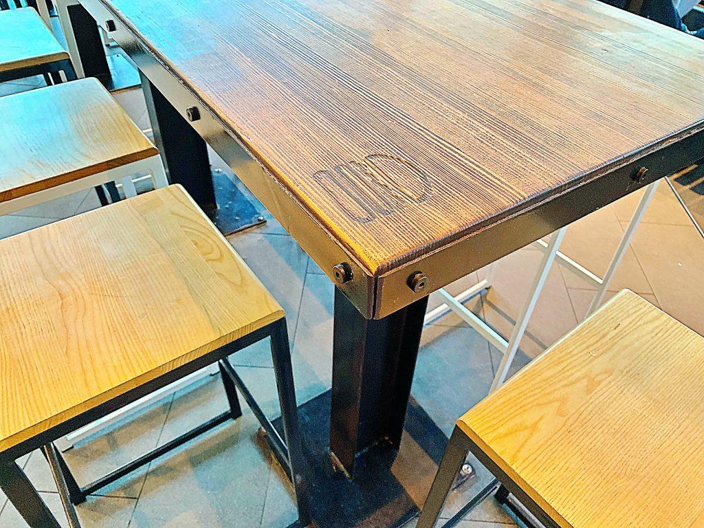 シェイクシャックのダイニングテーブル
