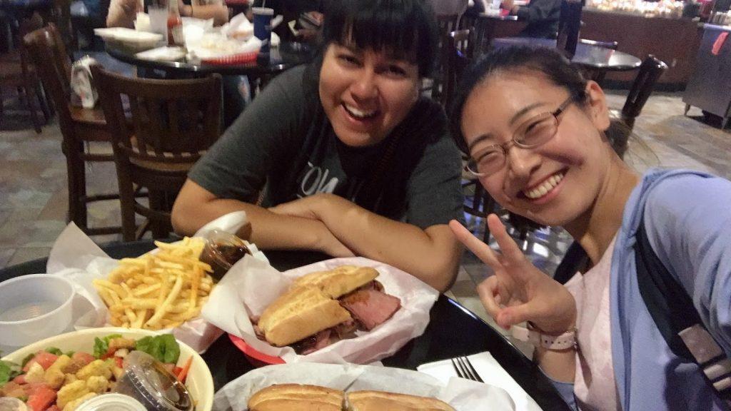 カリフォルニア州立工科大学のカフェテリアで食事をする岸本さん